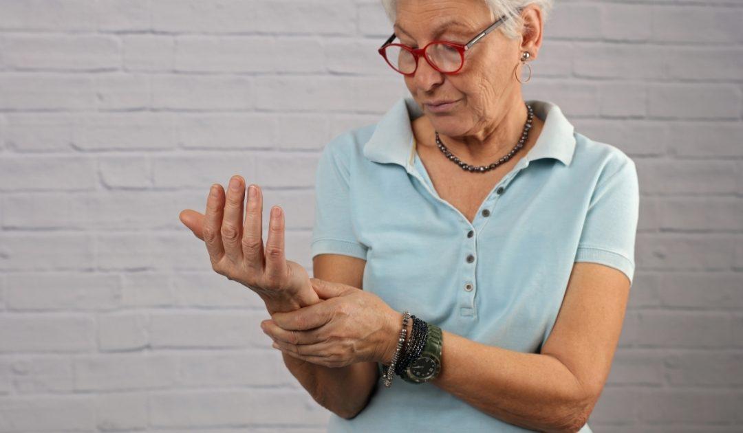 ¿Estos síntomas significan que tengo artrosis o artritis?